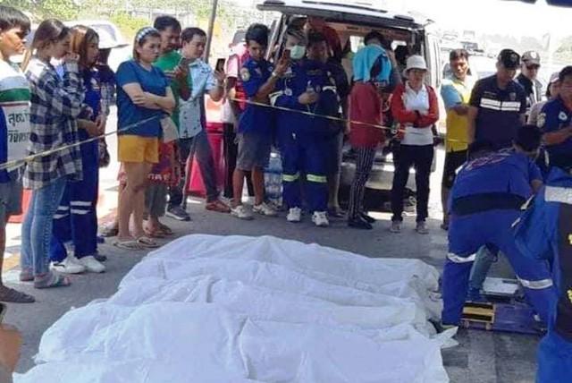 Rất đông người dân Thái Lan đến theo dõi đội cứu hộ địa phương khẩn trương trục vớt các thi thể dưới kênh lên