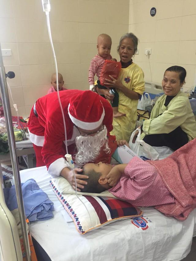 Đối với bệnh nhi ung thư tại Bệnh viện K, hình ảnh ông già Noel tặng quà cho các bé vào ngày lễ Giáng sinh khiến các em rất bất ngờ. Đây là sáng kiến của phòng Công tác xã hội của viện.