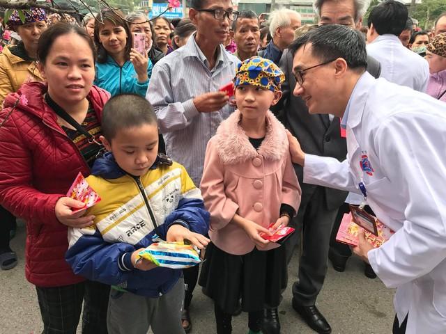 GS.TS Trần Văn Thuấn, Giám đốc Bệnh viện K trao quà cho các bệnh nhi trước khi lên chuyến xe yêu thương về quê đón Tết Kỷ Hợi 2019.