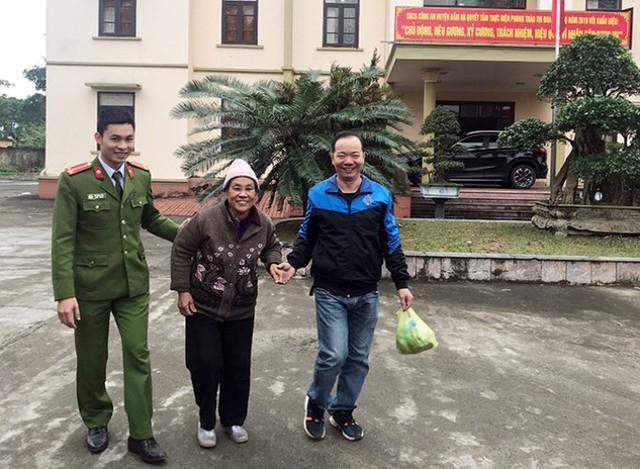 Gia đình anh Giang vui mừng khi nhờ Công an huyện Đầm Hà đã tìm thấy mẹ nuôi. Ảnh: Q.Khải
