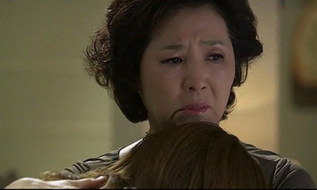 Loan luôn cảm thấy may mắn vì có một người mẹ chồng tốt bụng như bà Nguyệt. (Ảnh minh họa)