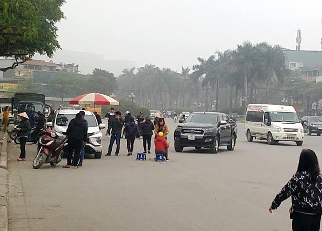 Trước cổng trụ sở VFF, hàng chục ô tô, xe máy đứng mua bán vé náo nhiệt.