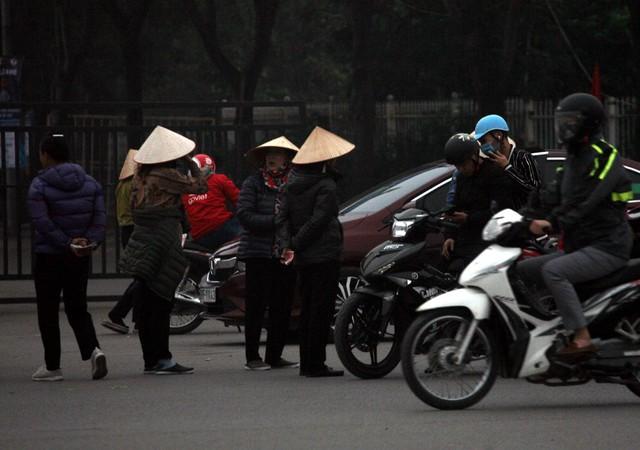 Thậm chí có bất cứ xe máy, ô tô nào chạy chậm hoặc dừng đỗ lập tức đội quân cò vé ập tới.