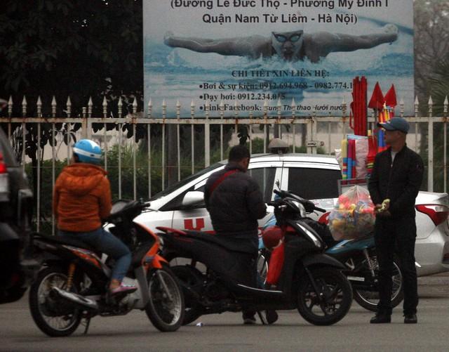 Các cò vé thường dùng xe máy, xe đạp lượn lờ xung quanh SVĐ và trước cổng VFF để gạ gẫm người hâm mộ mua hoặc bán.