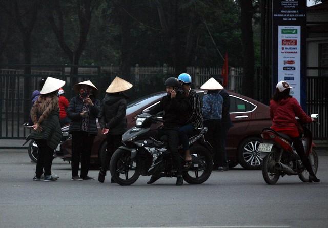 Hàng chục cò vé bủa vây người hâm mộ trước SVĐ Mỹ Đình.