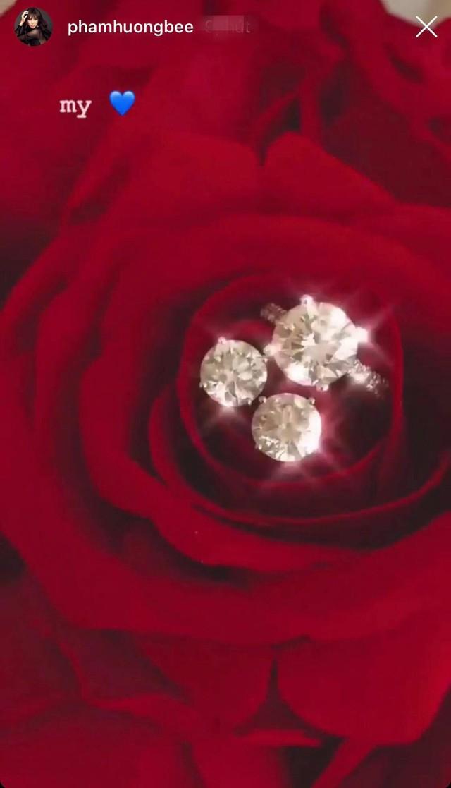 Chiếc nhẫn bằng kim cương lấp lánh trên nền hoa hồng đỏ lãng mạn.