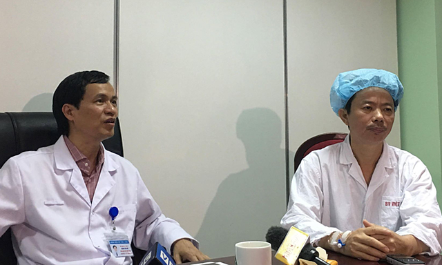 PGS Đồng Văn Hệ (trái) cùng chia sẻ với nam bệnh nhân tên Cảnh