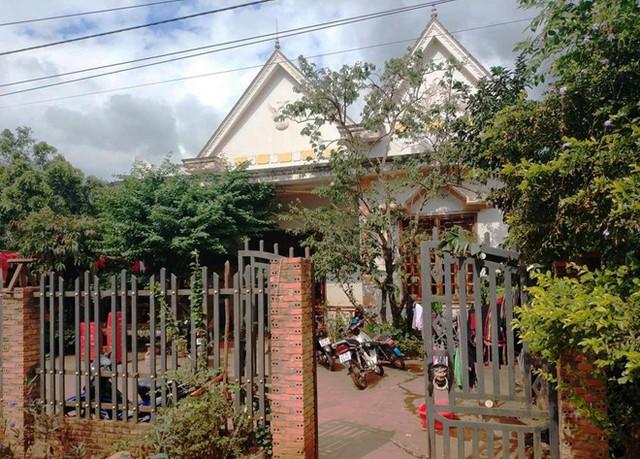 Tuy chỉ là nhà cấp 4, nhưng nhà của H'Hen Niê khá khang trang so với các nhà khác trong làng. Nhà cô lợp ngói đỏ và là nhà tường.