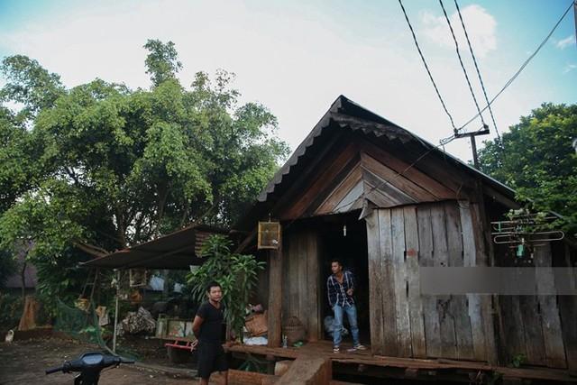 Kế bên ngôi nhà tường là ngôi nhà gỗ truyền thống của người dân tộc Ê - Đê được bố mẹ cô giữ lại để sinh hoạt truyền thống trong gia đình.
