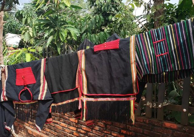 Gia đình HHen Niê vẫn giữ thói quen mặc trang phục truyền thống của người Ê Đê trong đời sống thường ngày.