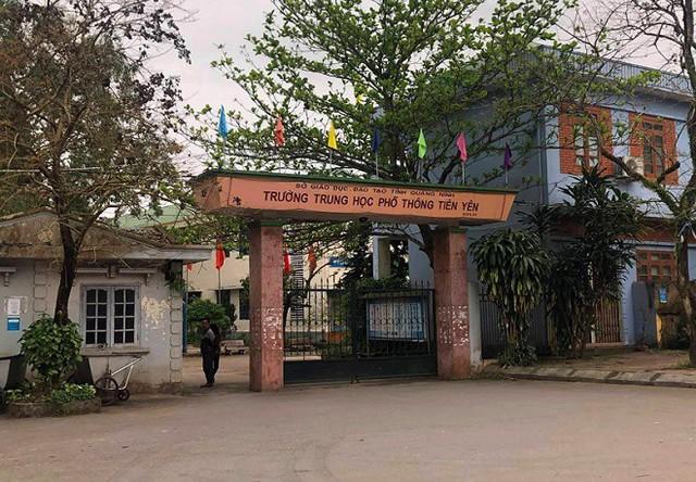 Nguyên nhân dẫn đến hàng trăm học sinh nhà trường đồng loạt nghỉ học do các em không muốn chuyển sang nơi học mới học chung với học sinh trường THPT Nguyễn Trãi