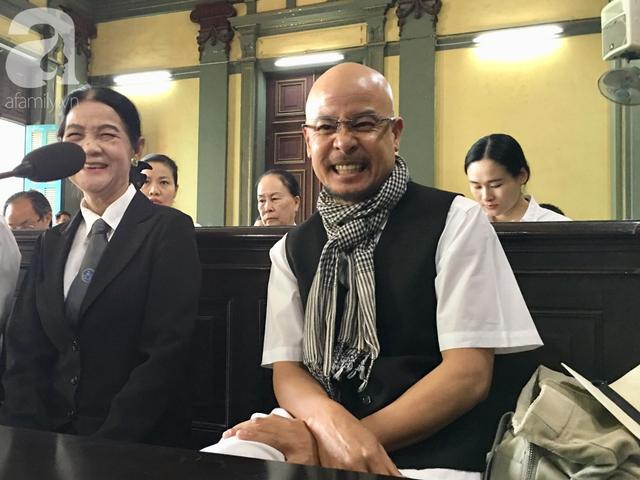 Ông Vũ tươi cười khi chia sẻ với truyền thông tại phiên tòa