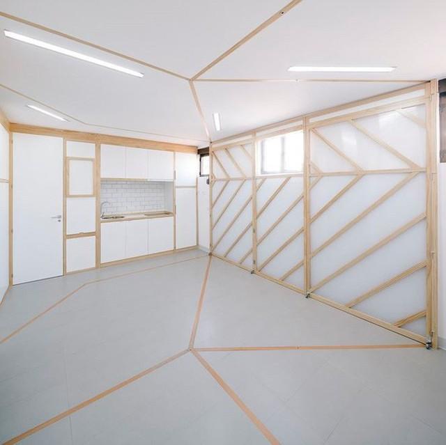 Nhà bếp và phòng tắm trong ngôi nhà đã được cố định, bàn ghế và giường có thể gấp lên để tiết kiệm không gian. Với bức tường di động, các không gian có thể được tạo ra tùy theo cách sắp xếp theo mục đích sử dụng.