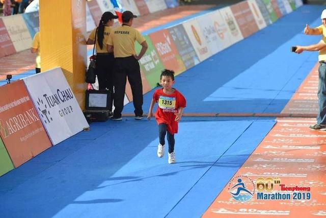 Vận động viên nhí 7 tuổi Phạm Bạch Long đang trên đường về đích