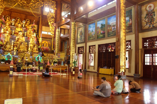 Đến nơi sắp lễ và trong tòa Tam Bảo cũng vắng khách đến lễ Phật, chiêm bái