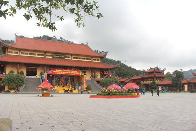 trong sân chùa chính