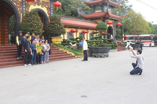 Theo những người làm công quả, về chiều tối và ngày cuối tuần lượng khách, phật tử về chùa Ba Vàng sẽ đông
