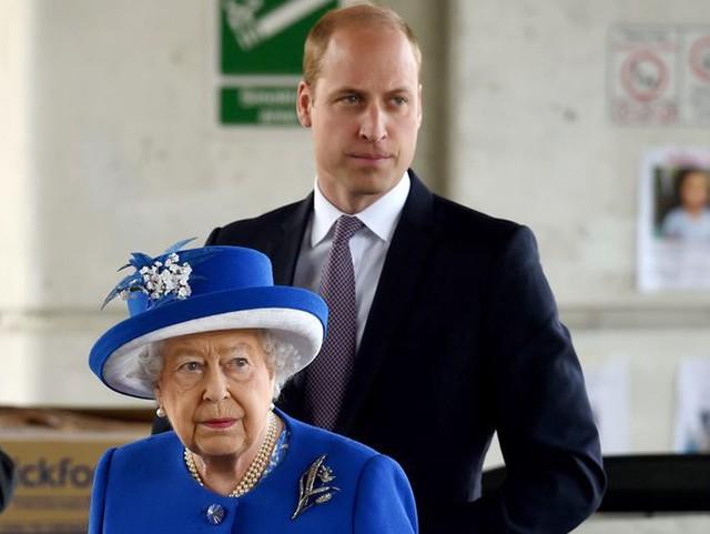 Nữ hoàng Elizabeth II và Hoàng tử William thăm nơi tạm trú cho những người sống sót sau vụ hỏa hoạn Tháp Grenfell hồi tháng 6/2017. Ảnh: PA.