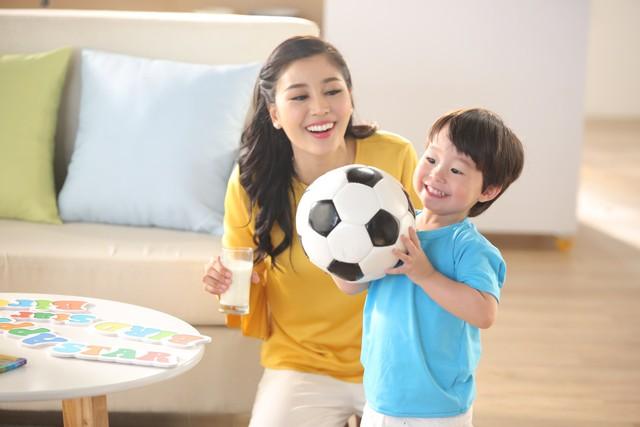 Ngôn ngữ và ánh mắt trẻ thơ luôn dẫn dắt cảm xúc của đấng sinh thành, cha mẹ bất an hay hạnh phúc phụ thuộc rất nhiều vào sự yên vui của trẻ.