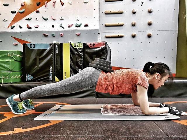 Nữ diễn viên chăm chỉ tập gym rèn luyện sức khỏe