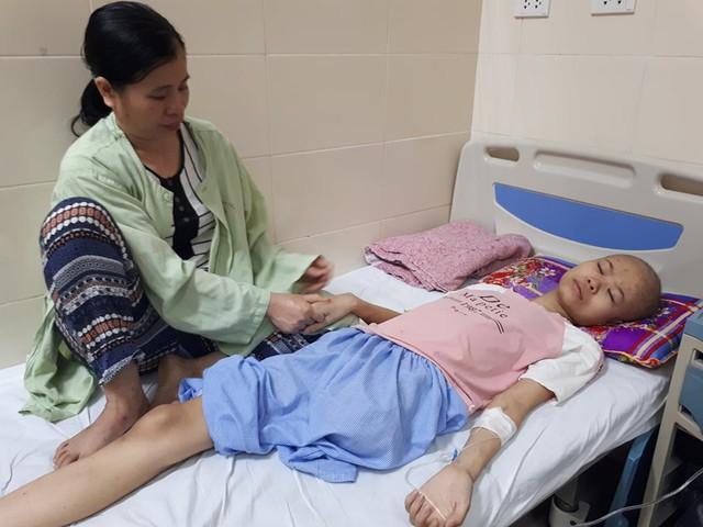 Căn bệnh u xương khiến Thắm phải cắt đi một chân. Ảnh PT