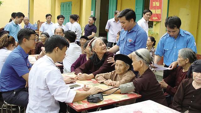 Các y, bác sĩ khám bệnh cho người cao tuổi xã Hồng Thái (Việt Yên, Bắc Giang). Ảnh: Văn Vĩnh