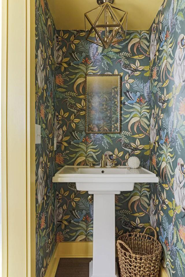 Bạn đừng quên lựa chọn một mẫu giấy dán tường thật hấp dẫn cho căn phòng tắm của gia đình mình nhé.