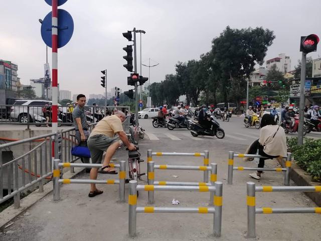 Người đi xe đạp loay hoay với 3 lớp rào chắn