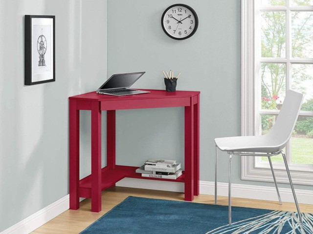 Kệ dưới của bàn góc nhỏ này có thể chứa các vật dụng bổ sung như sách hoặc máy in nhỏ trong khi vẫn có chỗ cho chân bạn đặt thoải mái.