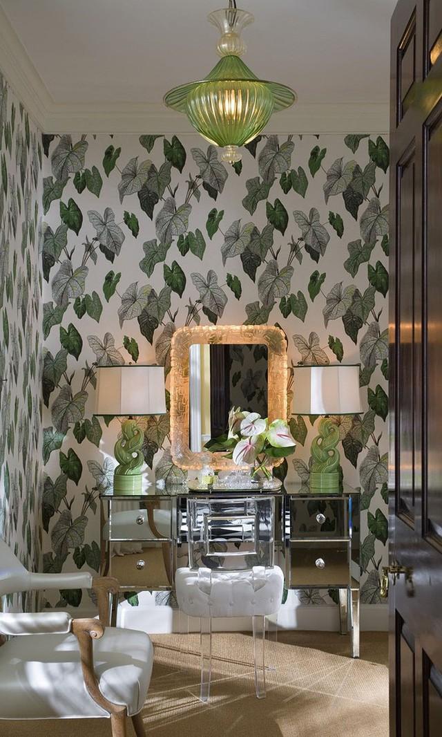Những mẫu giấy dán tường họa tiết lá cây xanh mát như thế này rất phù hợp cho thời tiết mùa hè.