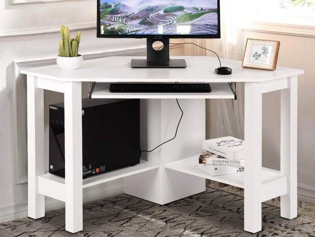 Một số bàn góc nhỏ có diện tích bề mặt và lưu trữ rất hạn chế. Nhưng chiếc bàn này có khay bàn phím kéo và kệ đủ lớn để chứa một cây máy tính để bàn.