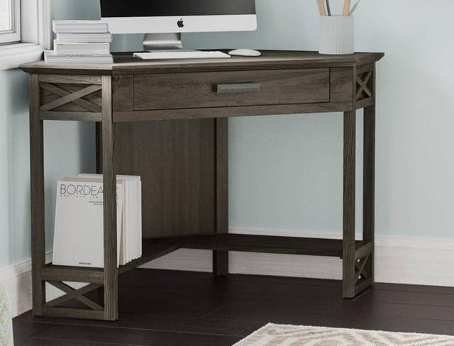 Bàn góc nhỏ chuyển tiếp này có thể làm việc trong nhiều phong cách nhà. Sử dụng một khối vuông hoặc ottoman vuông làm ghế bàn nếu không gian khu vực góc của bạn bị hạn chế.