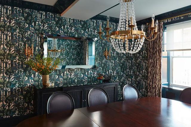 Những mẫu giấy dán tường màu sẫm là một lựa chọn tuyệt vời cho những gia đình theo đuổi vẻ đẹp sang trọng.