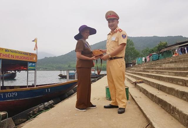 Đại úy Bình trả lại số tài sản nhặt được cho bà Tâm