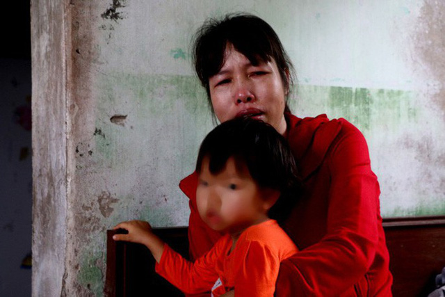 Chị Oanh nghẹn ngào mỗi khi có người hỏi thăm về con gái. Ảnh: NH.