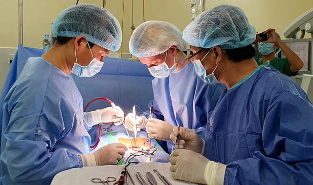 Các bác sĩ phẫu thuật ngày 29/3. Ảnh: Văn Chính.