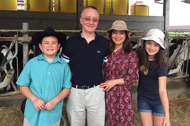 Kết hôn 14 năm, điều khiến Kim Ngân hạnh phúc nhất là nhìn thấy hai con ngày càng trưởng thành, ngoan ngoãn. Ở nhà, cô là người đảm nhận việc nấu nướng, đưa đón hai con đi học và tham gia các hoạt động ngoại khóa.