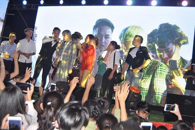 Nhiều nghệ sĩ ủng hộ Jay Hoo trong đêm nhạc vừa qua.