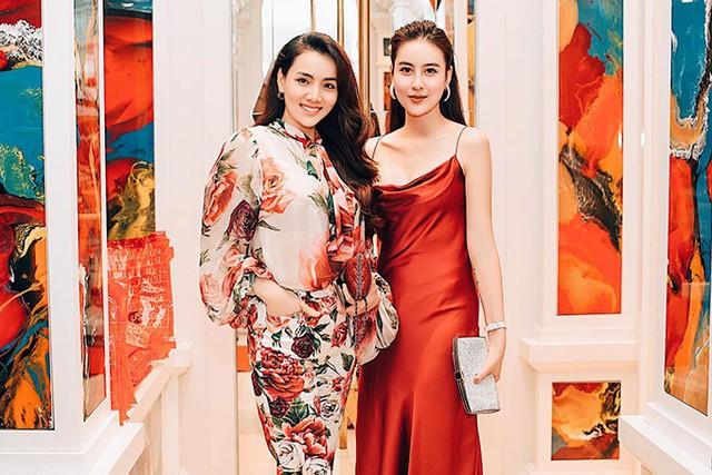 Trang Nhung rạng rỡ chụp ảnh cùng đàn em sinh năm 1994.
