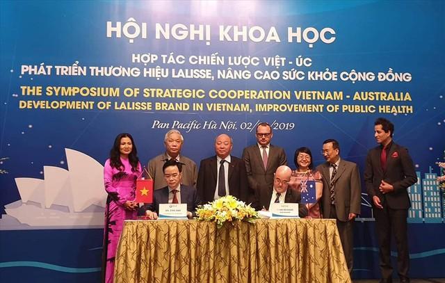 Dưới sự chứng kiến của nguyên Bộ trưởng Bộ Y tế Nguyễn Quốc Triệu, hai đại diện của 2 đơn vị trong lĩnh vực dược của 2 nước Việt Nam - Úc đã ký thoả thuận hợp tác nâng cao sức khoẻ cộng đồng