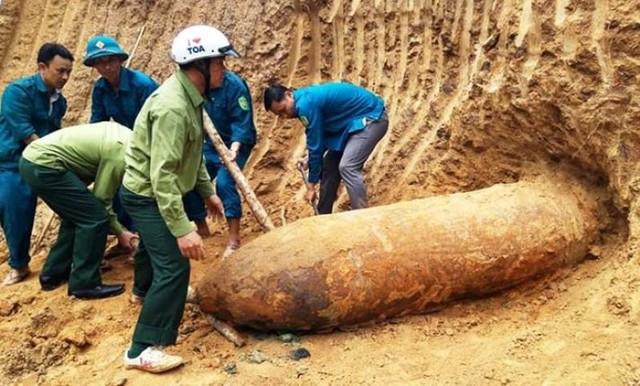 Quả bom trong vườn nhà ông Phanh.