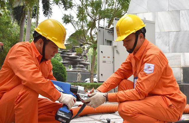 Công ty Điện lực Hoàn Kiếm đã bổ sung 02 trạm biến áp di động công suất 2.000kVA/máy và nhiều trang thiết bị để phục vụ Hội nghị Thượng đỉnh Mỹ Triều.