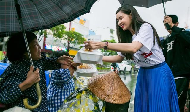 Trương Quỳnh Anh cũng là người có trái tim nhân hậu, cô thường xuyên tham gia những chuyến đi từ thiện, giúp đỡ bà con có hoàn cảnh khó khăn.