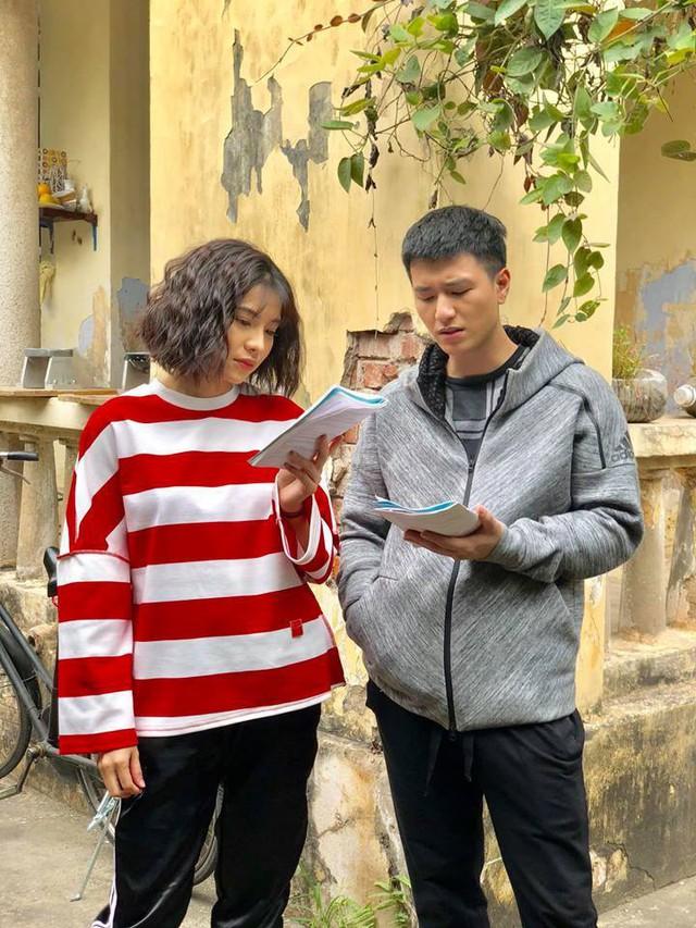 Lưu Đê Ly và Huỳnh Anh trên phim trường.