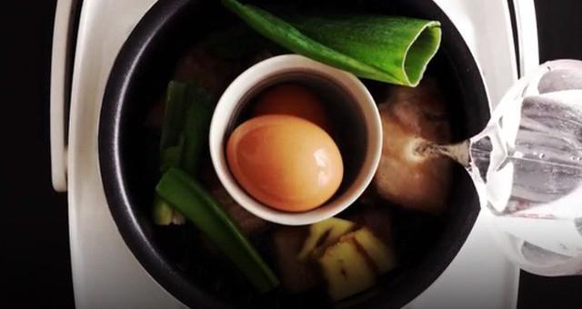 Sau 1 giờ, lúc này thịt đã tương đối mềm, bạn mở nồi, lấy trứng cốc đựng trứng, hành, gừng ra, bóc vỏ trứng. Lúc này bạn cho củ cải, trứng đã bóc vào nồi cùng đường và nước tương, khuấy nhẹ, đều cho gia vị tan đều. Đậy nắp nồi lại và bấm nút Cook nấu thêm 1 giờ nữa là xong.