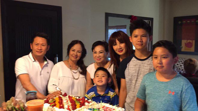Sau ly hôn, Bằng Kiều vẫn thoải mái mời vợ cũ đến dự sinh nhật mẹ.