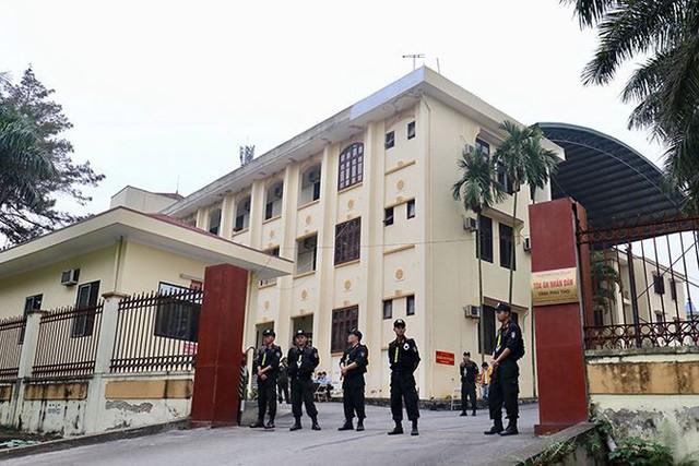 Lực lượng làm nhiệm vụ trước cổng tòa án. (ảnh: HC)