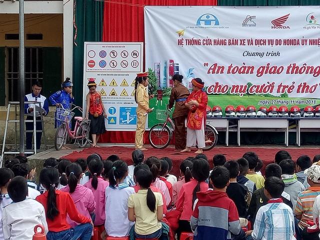 Học sinh trường tiểu học Tân Trào trong chương trình An toàn giao thông cho nụ cười trẻ thơ. Ảnh: TL