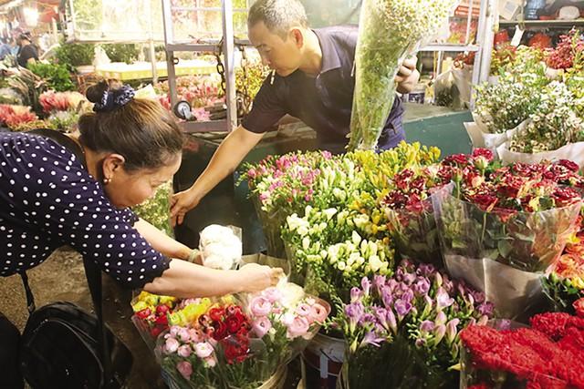 Nhiều loại hoa truyền thống và nhập ngoại đổ về, phục vụ nhu cầu của khách buôn và người mua lẻ.