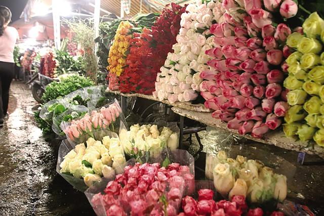 Hoa hồng bán chạy nhất vào những ngày này. Các chủ hàng đánh hàng ngàn bông hồng các màu để phục vụ thượng đế.